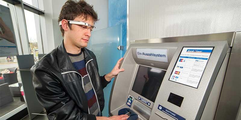 """Mark Simkin will die Datenbrille """"Google Glass"""" nutzen, um das Geldabheben am Bankautomaten ausspähsicher zu machen. Foto: Oliver Dietze"""