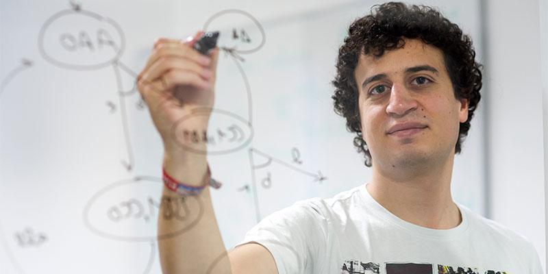 Hazem Torfah arbeitet an lernfähigen Computersystemen. Foto: Oliver Dietze