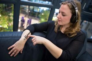 Saarbrücker Forscher haben mit Sensoren versehene Sticker entwickelt, die sich an die Haut anschmiegen. Das mobile Gerät kann direkt über den eigenen Körper gesteuert werden, etwa um Musik zu hören. Foto: Oliver Dietze