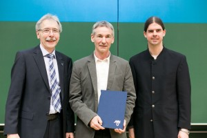 Gerhard Röhner (MNU) und der Saarbrücker Informatik-Professor Markus Bläser (rechts) zeichneten Klaus Becker (Mitte) aus. Foto: Saar-Uni