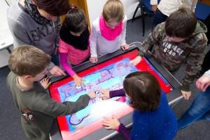 """Wie können berührungsempfindliche Bildschirme optimal in den Unterricht integriert werden? Mit Fragen wie dieser beschäftigen sich Bildungstechnologen. An der Saar-Uni erlernen sie im Masterstudiengang """"Educational Technology"""" das nötige Rüstzeug. Foto: Iris Maurer"""