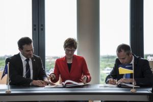 Direktor des CISPA, Professor Michael Backes, Ministerpräsidentin Annegret Kramp-Karrenbauer und der stellvertretende Direktor von Europol Will van Gemert (v. l. n. r.) bei der Unterzeichnung der Kooperationsvereinbarung in Den Haag.